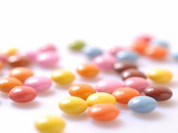 お菓子や水などは無料支給、関連書籍購入自由
