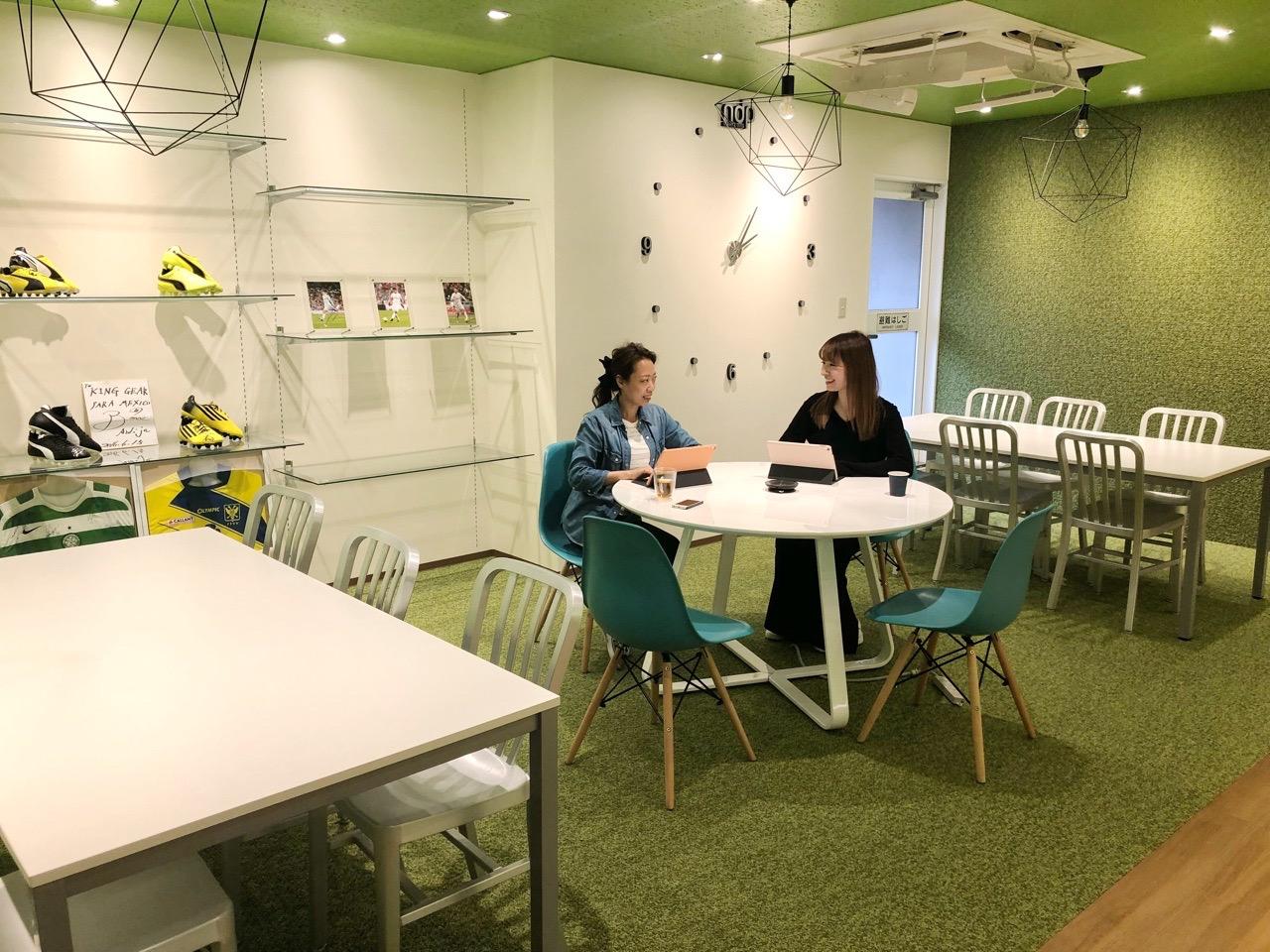 編集部は、女性が活躍!!開放的なオープンスペースで楽しくお仕事
