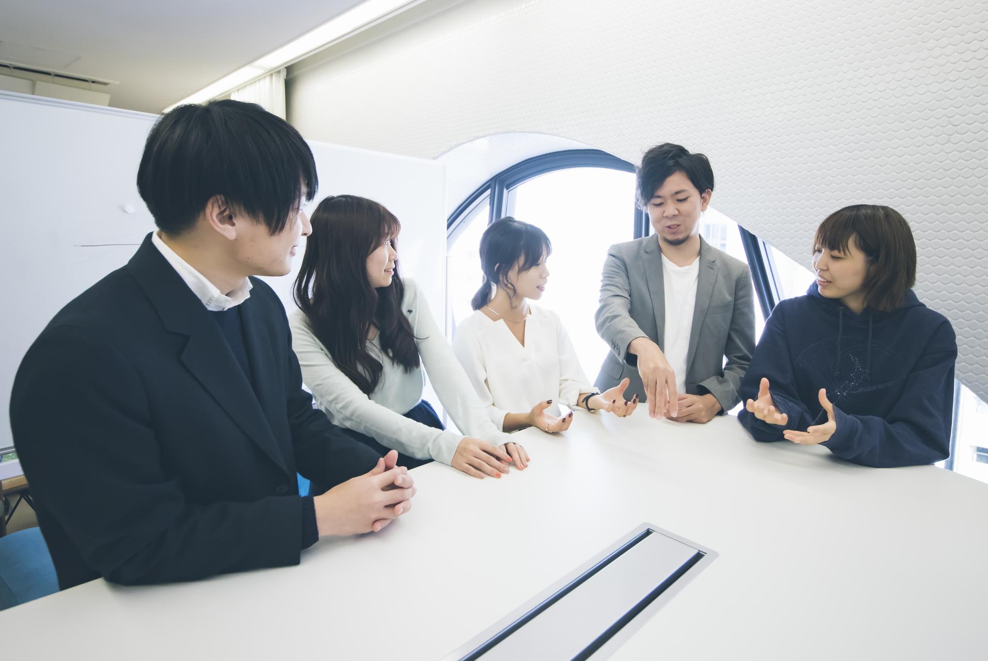 先輩社員や代表にも仕事の相談ができる環境です。